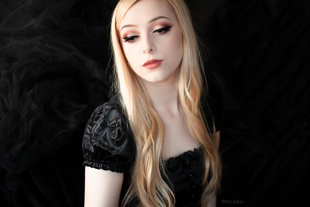 Maquillage gothique romantique avec les produits KVD Vegan Beauty : Everlasting Blush Foxglove, Cathedral Studded Lipstick, Lolita Por Vida palette, fond de teint True Portrait