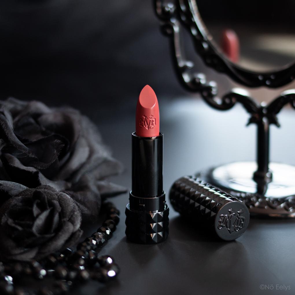 Zoom sur le rouge à lèvres Cathedral KVD Vegan Beauty swatch, avis, revue