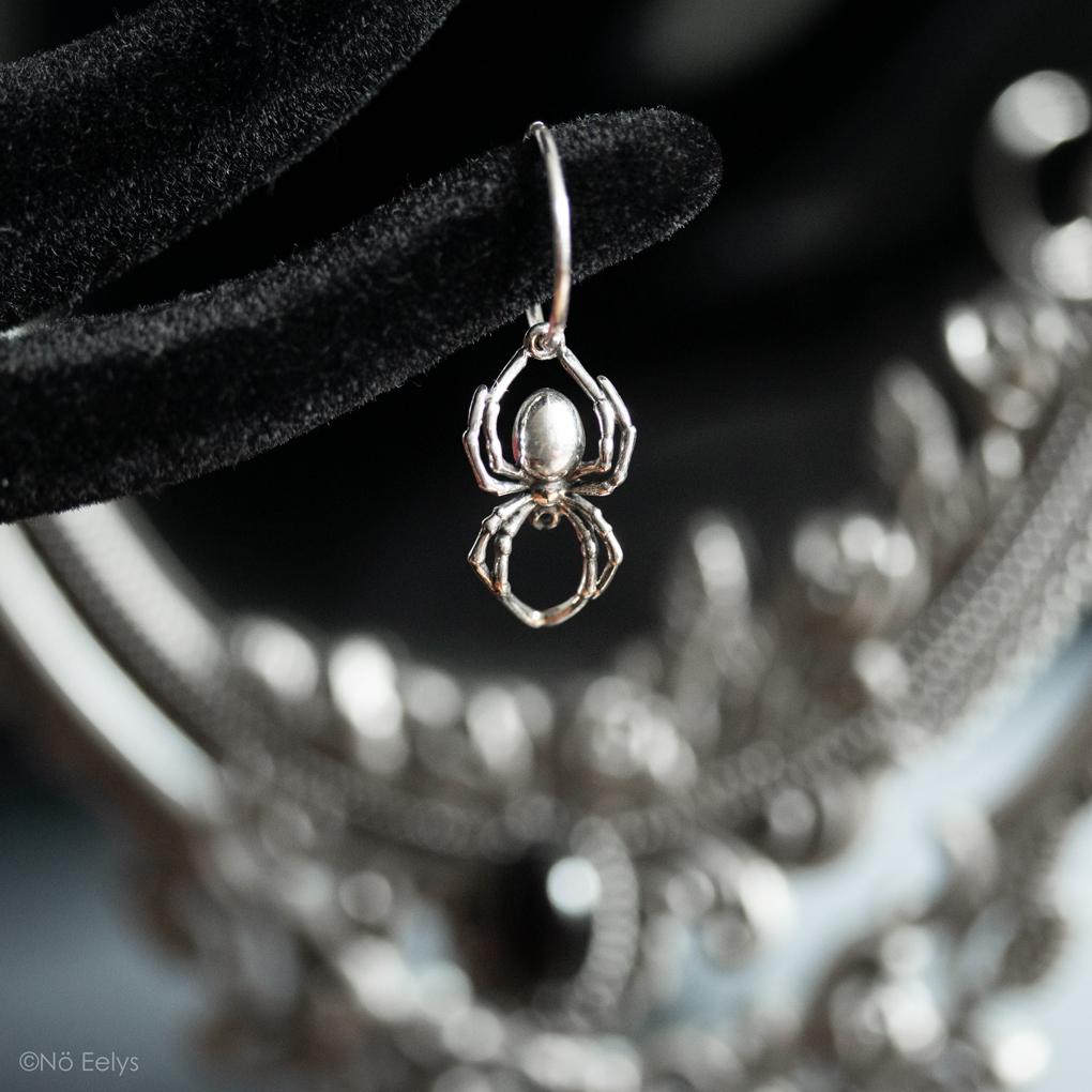 Mon avis sur les boucles d'oreille araignée AS ABOVE UK, Black widow spider earrings - le Boudoir de Nö, blog gothique et mode alternative (zoom 2)