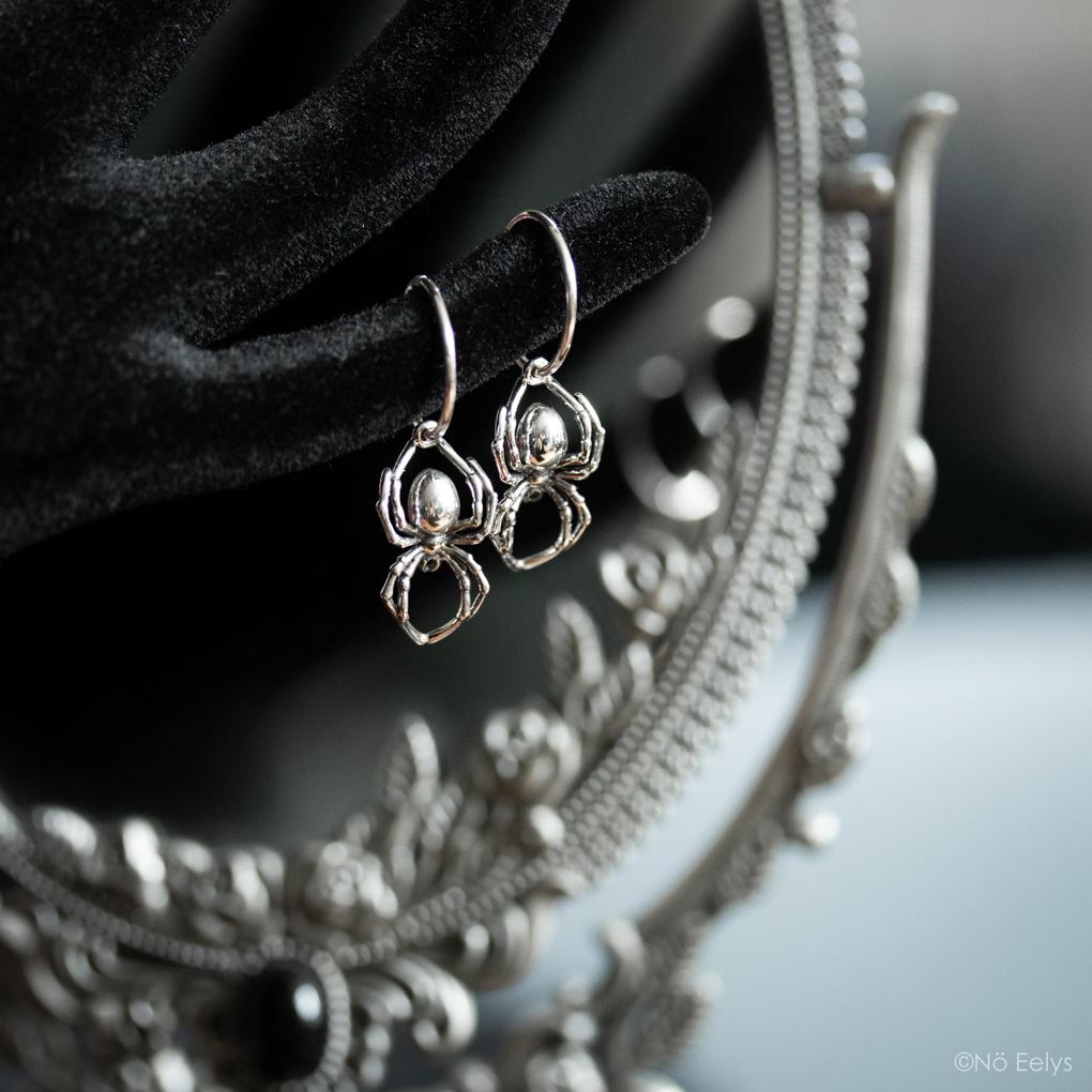Mon avis sur les boucles d'oreille araignée AS ABOVE UK, Black widow spider earrings - le Boudoir de Nö, blog gothique et mode alternative (zoom 1)