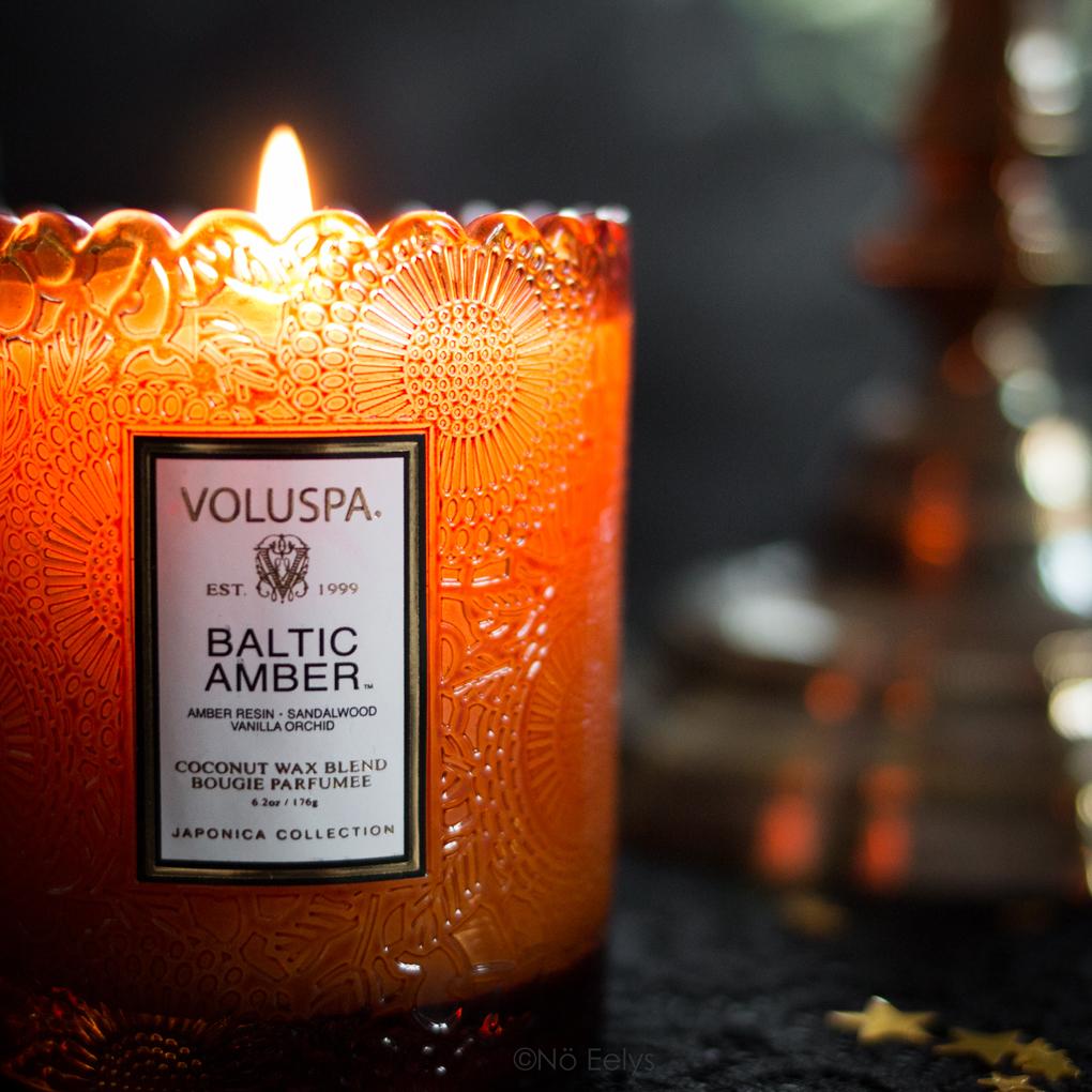 Bougie parfumée orientale gourmande vegan à la cire de coco Baltic Amber Voluspa (parfum Ambre, Vanille, Santal),