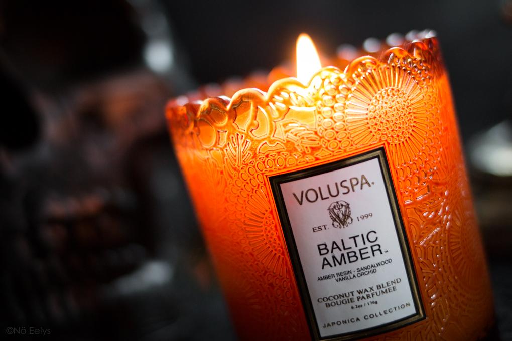 Zoom sur la bougie Baltic Amber Voluspa (parfum Ambre, Vanille, Santal), bougie parfumée vegan à la cire de coco