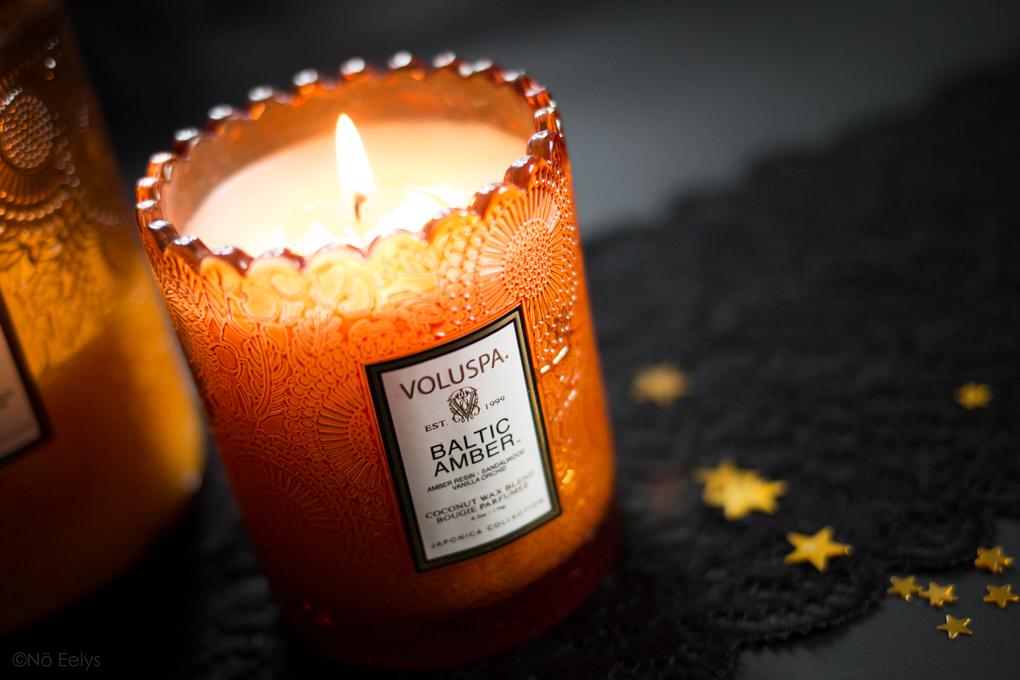 Baltic Amber Voluspa, une bougie parfumée vegan à la cire de coco (parfum Ambre, Vanille, Santal), gourmande et orientale