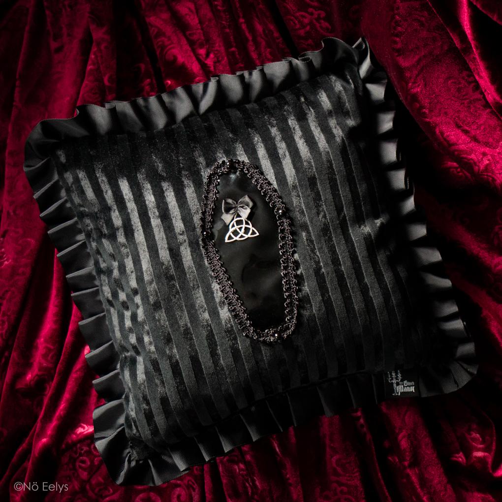 Le coussin coussin déco gothique romantique The Black Manor, créatrice marque Française en velours noir et cercueil