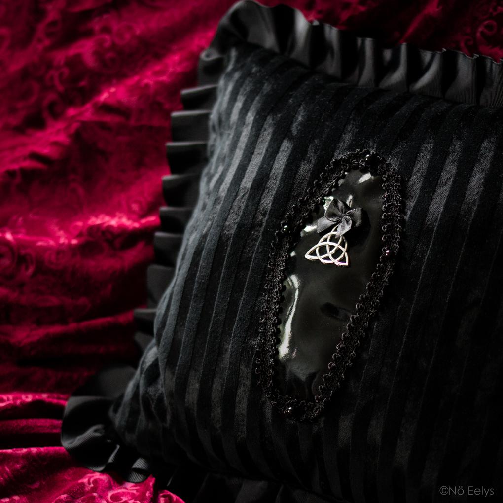 Zoom sur le coussin coussin déco gothique romantique The Black Manor, créatrice marque Française en velours noir et cercueil
