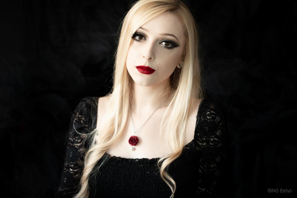 Collier gothique romantique rose rouge avec perle nacrée La Fabrique de Miss Red Avis