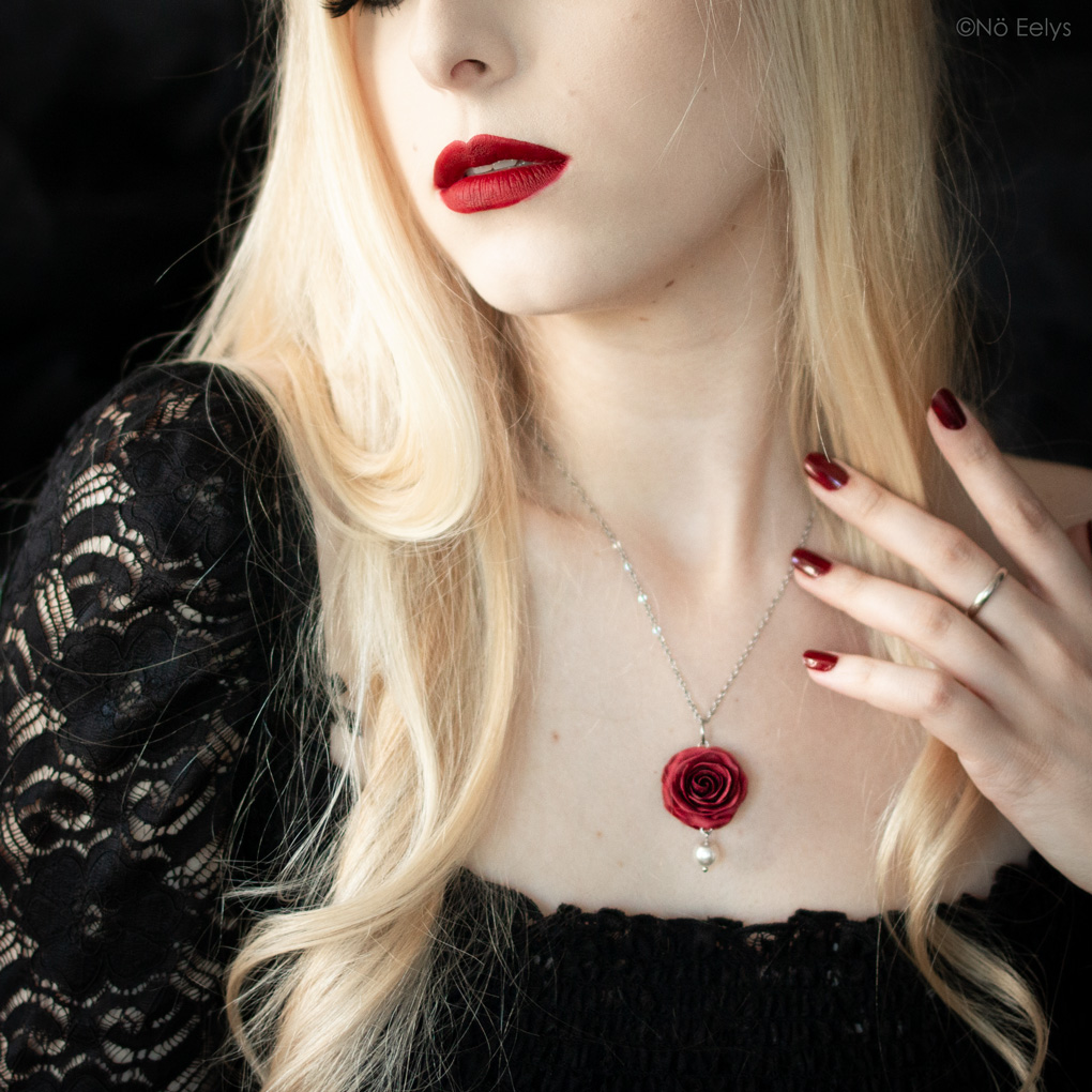 Zoom sur Perle d'Aube porté, collier gothique romantique avec rose rouge et cristal Swarovski noir réalisé sur mesure par La Fabrique de Miss Red