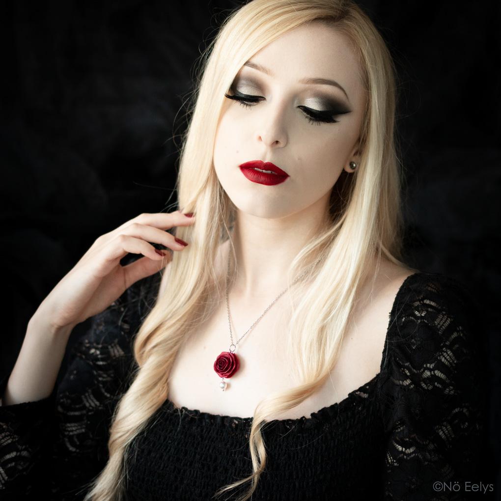 Perle d'Aube porté, collier gothique romantique avec rose rouge et cristal Swarovski noir réalisé sur mesure par La Fabrique de Miss Red