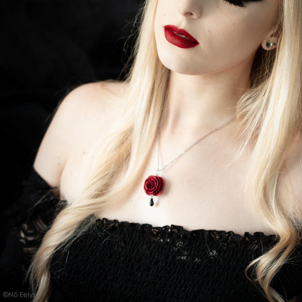 Zoom sur Perle de Crépuscule porté, collier gothique romantique avec rose rouge et cristal Swarovski noir réalisé sur mesure par La Fabrique de Miss Red