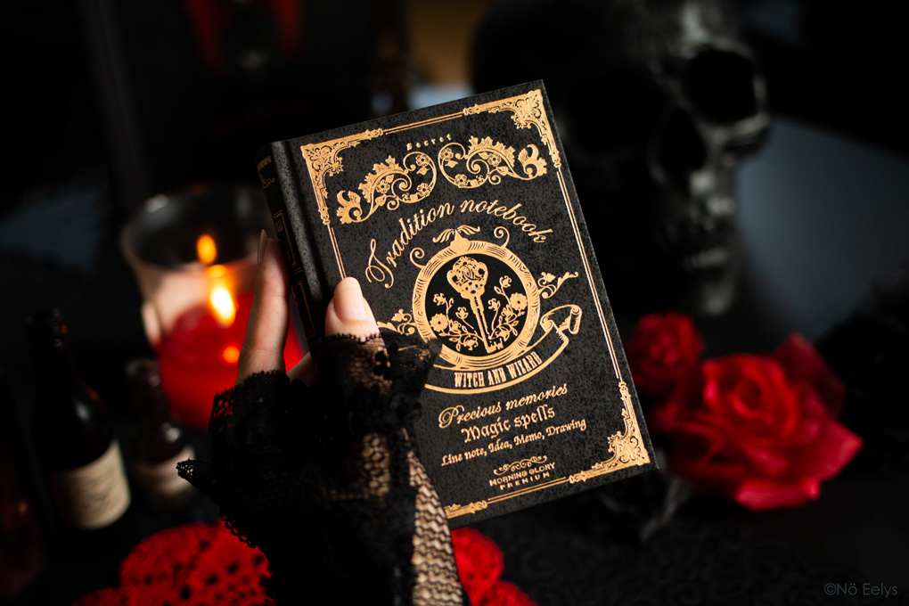 Petit carnet gothique romantique witchy noir et doré, Magic Spells Tradition Notebook Curiositas paris