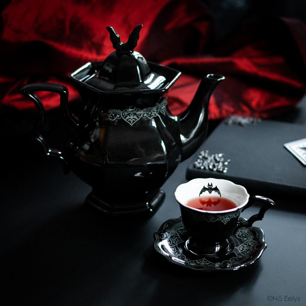 Killstar After Midnight Teapot, Tea Cup and Saucer : une théière et une tasse gothique romantique, service à thé inspiration chauve souris