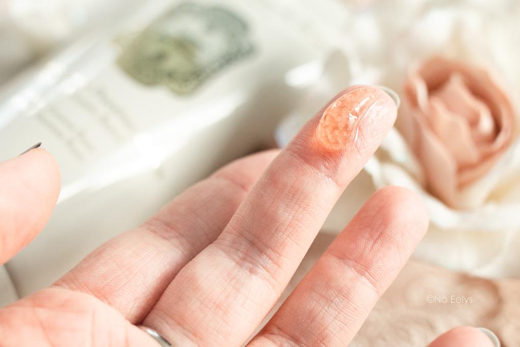 Zoom sur la texture du gommage aux Protéines de Soie Musc Encens Rose La Sultane de Saba