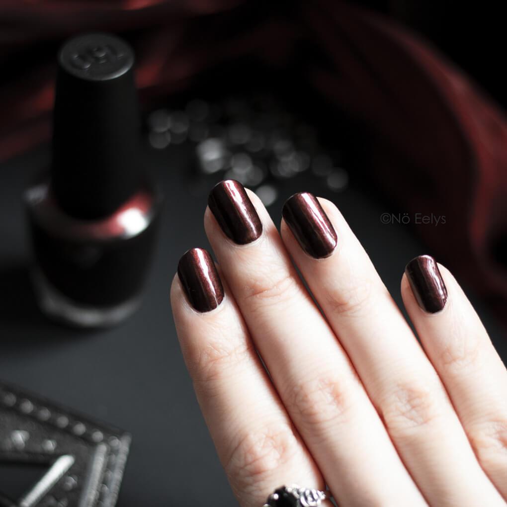 Midnight in Moscow Swatch, un vernis rouge OPI nacré sur base noire pour un style gothique, pour Noël et Automne