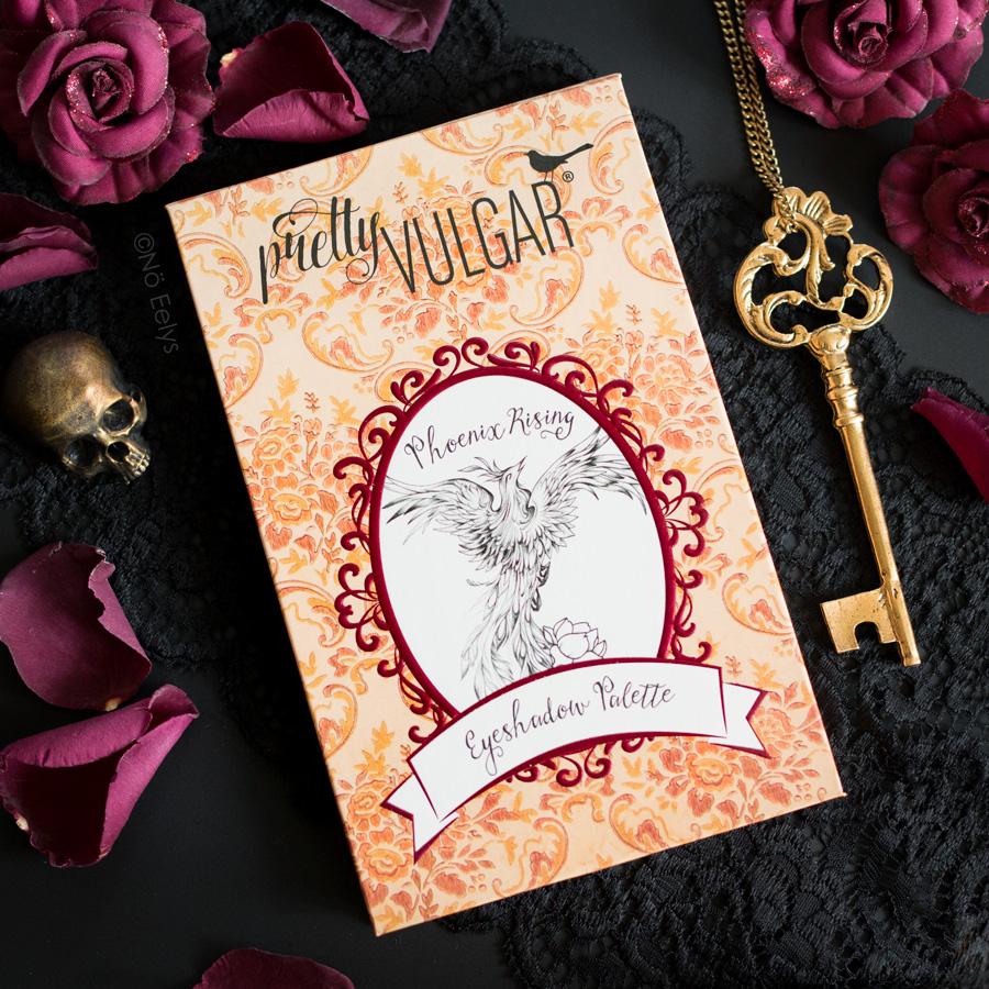 Zoom sur la palette Phoenix Rising Pretty Vulgar, une palette automnale inspiration vintage et cruelty-free (packaging fermé)