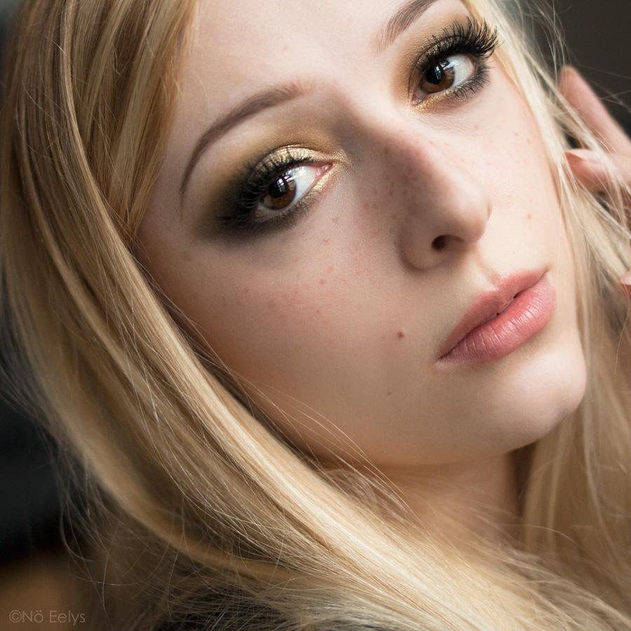 Idée de maquillage vert et or avec la palette Mini Gold Natasha Denona (tuto makeup) avec les yeux ouverts