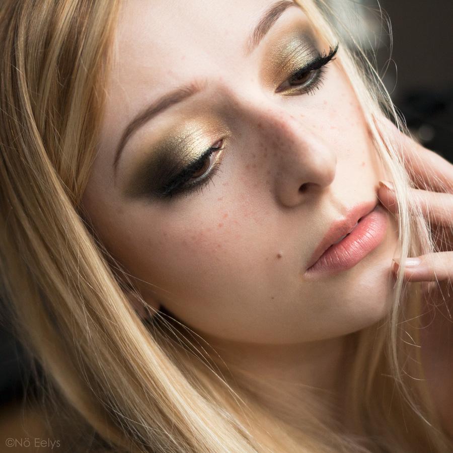 Idée de maquillage vert et or avec la palette Mini Gold Natasha Denona (tuto makeup) avec les yeux fermés