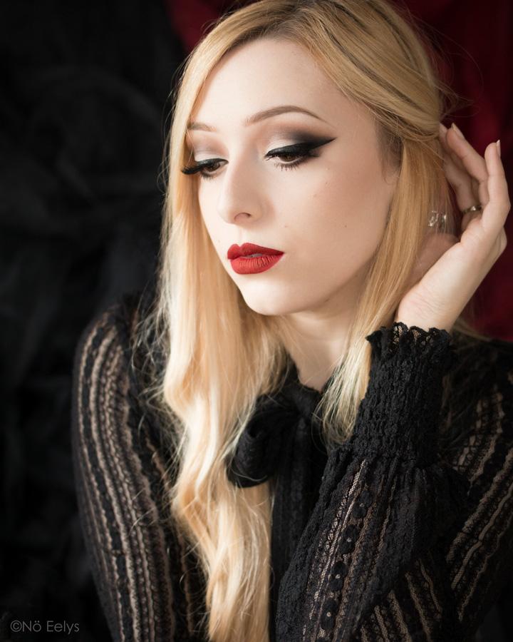 Photo lip swatch du rouge à lèvres Vampir Coven Cosmetics (makeup Killstar vegan et cruelty free) + Misty Tunic Top Killstar