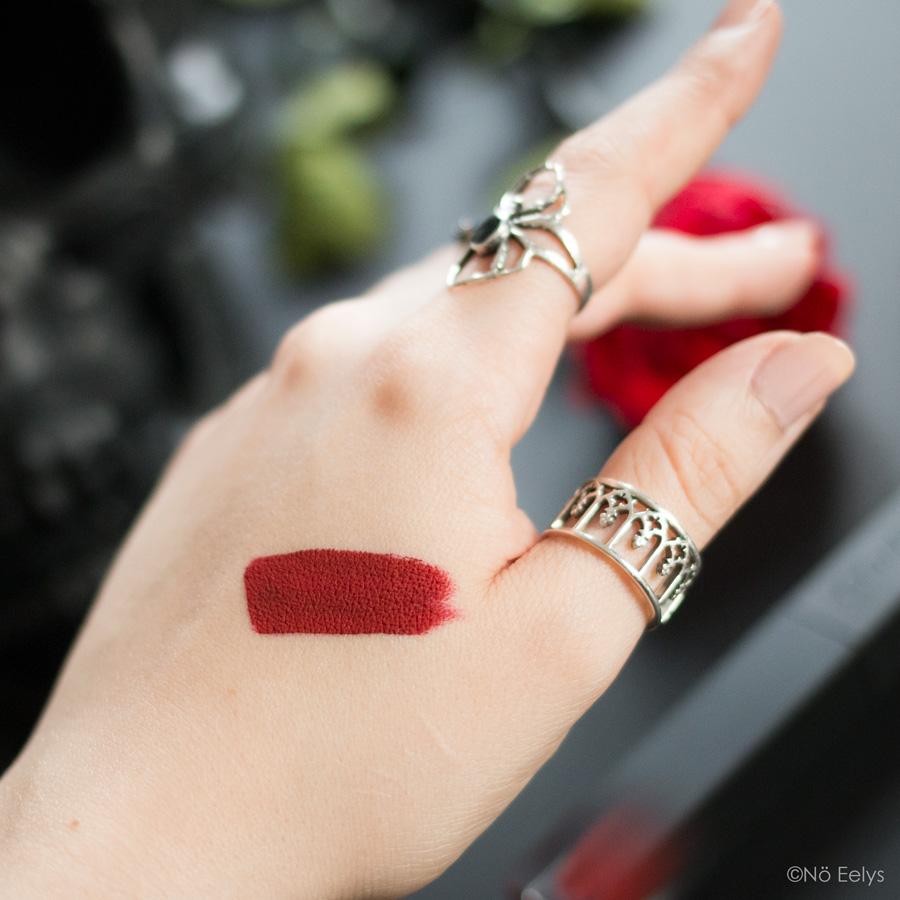 Swatch de la teinte Vampir Coven Cosmetics (makeup Killstar vegan et cruelty free)