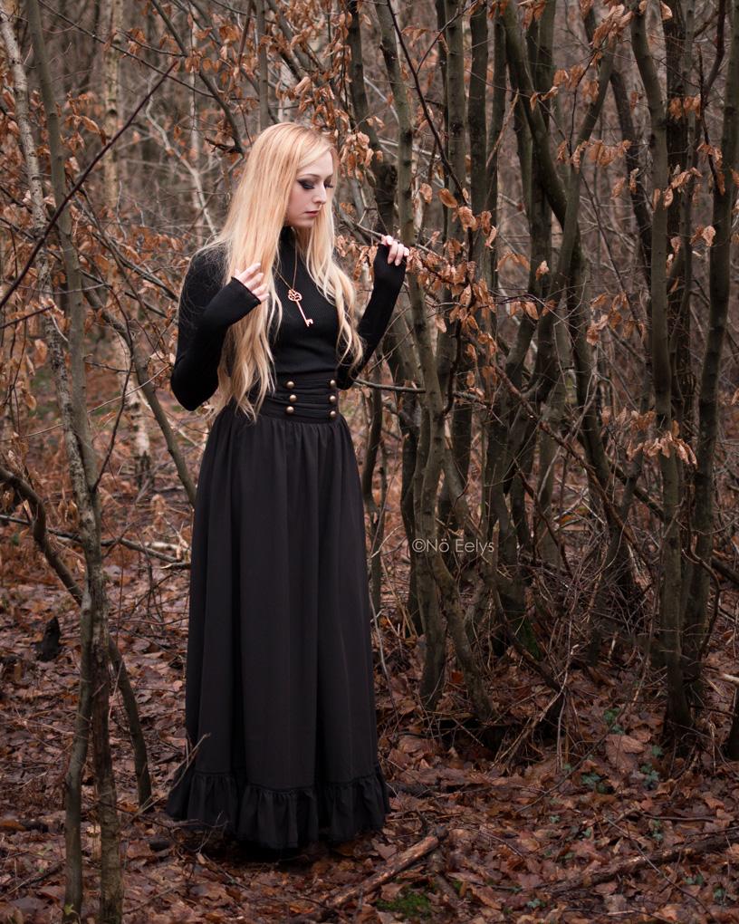 Jupe gothique victorienne inspiration steampunk noire Scarlet Darkness (Black Woman Pioneer Prairie Dress)