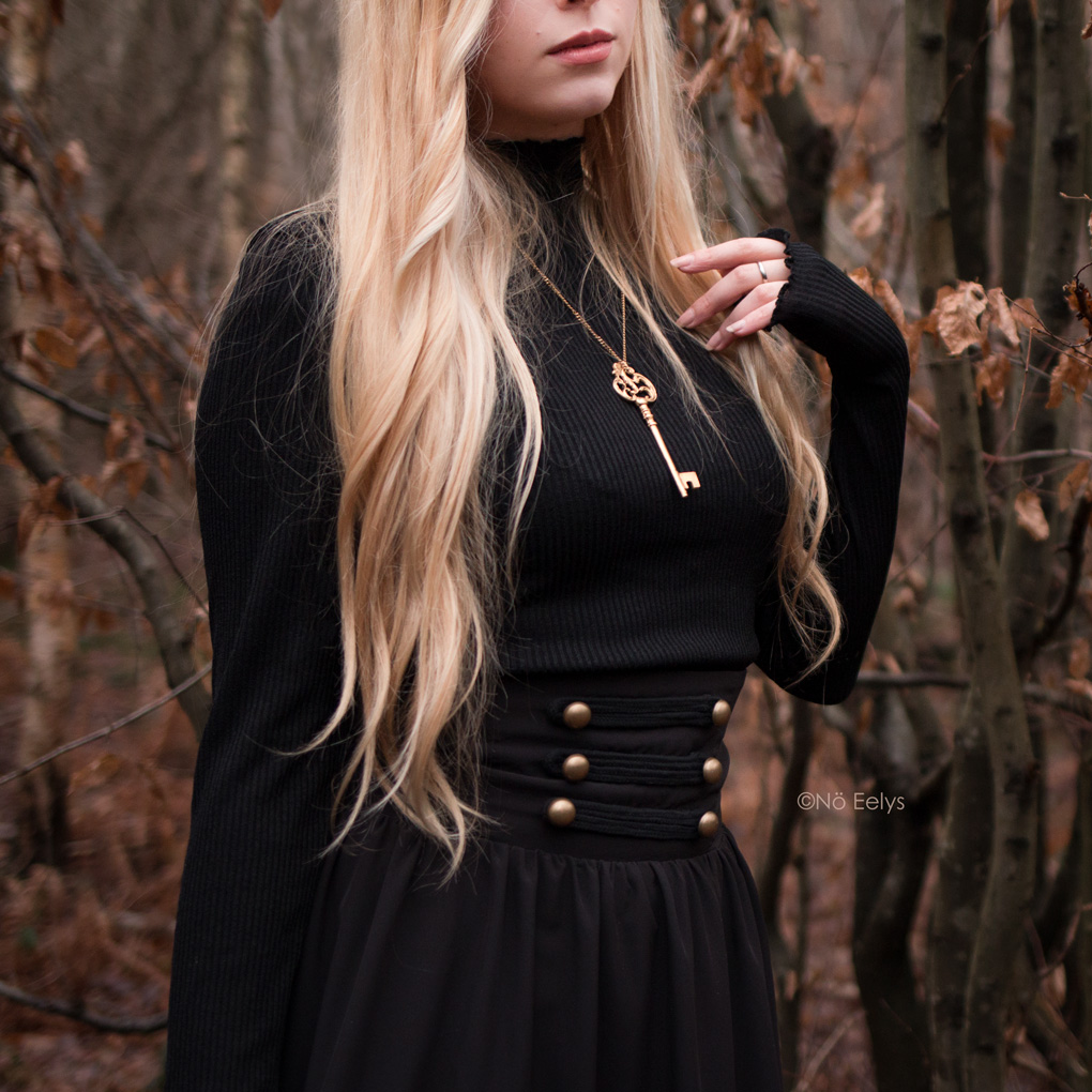 Zoom sur la ceinture de la jupe gothique victorienne steampunk Scarlet Darkness (Woman Pioneer Prairie Dress Black)
