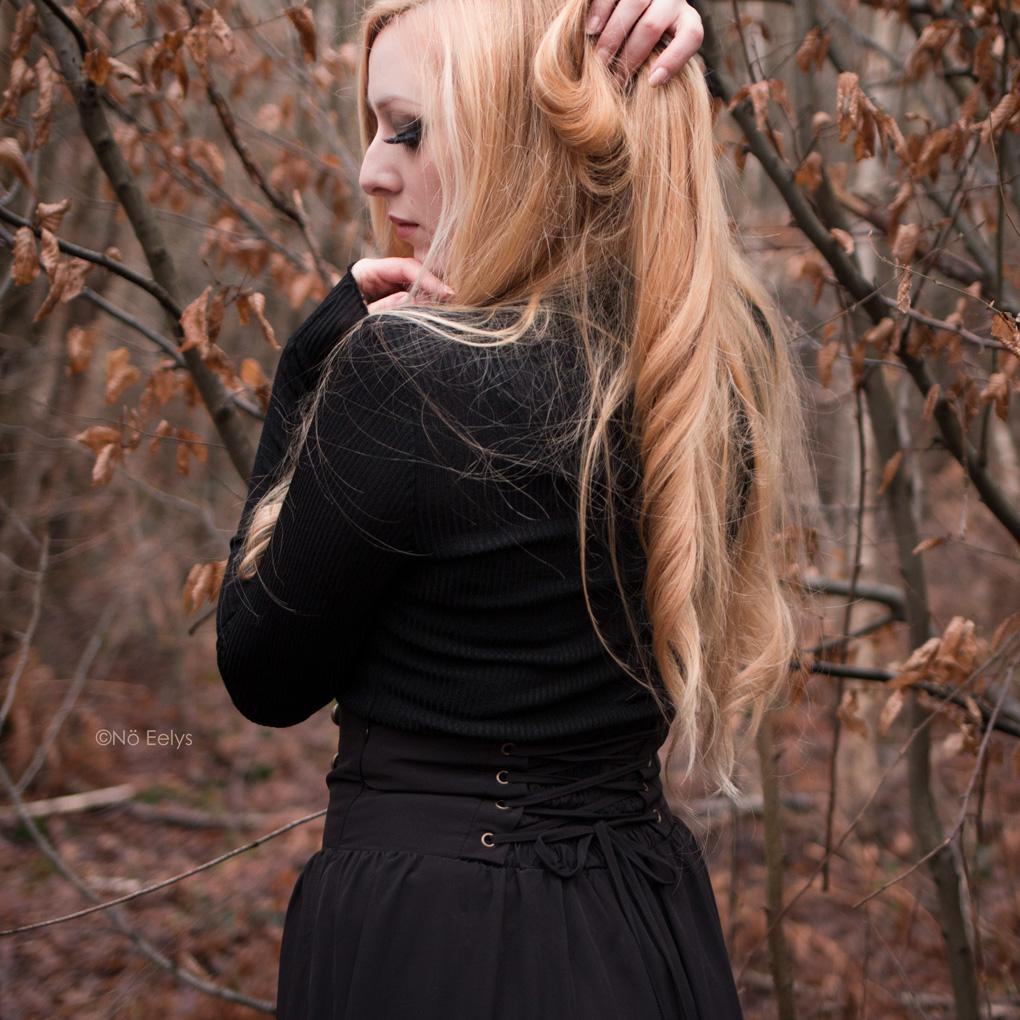 Zoom sur le laçage arrière de la jupe gothique victorienne steampunk Scarlet Darkness (Woman Pioneer Prairie Dress Black)