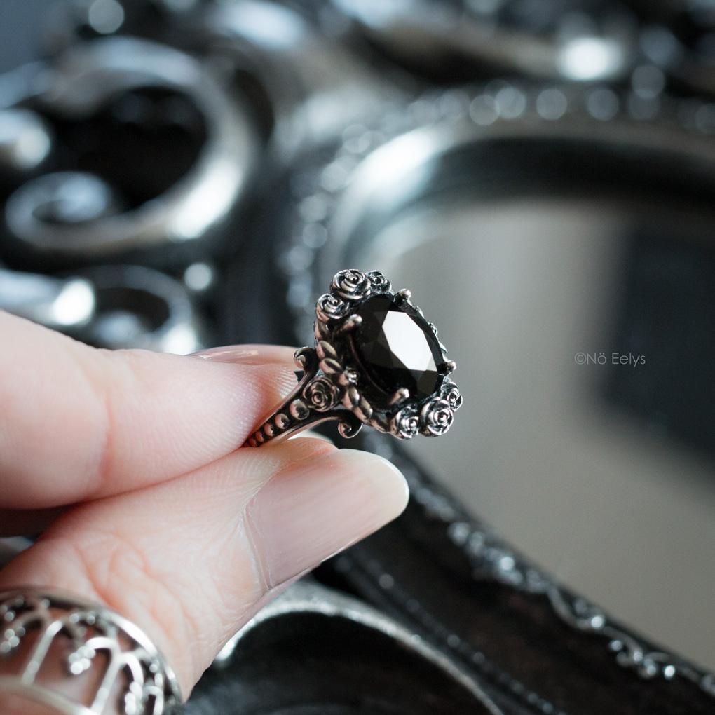 Bague Regalrose MARIA Rose Wreath Onyx Silver Cocktail Ring, bague gothique romantique