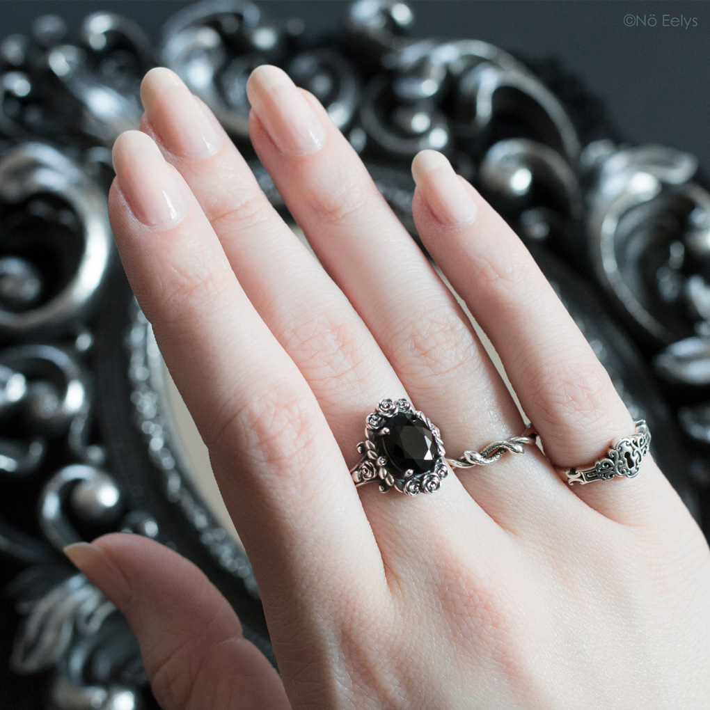 Les bagues Regalrose MARIA Rose Wreath Onyx Silver Cocktail Ring, DEVISE Double headed snake twist ring et NO KEY Door Lock silver ring