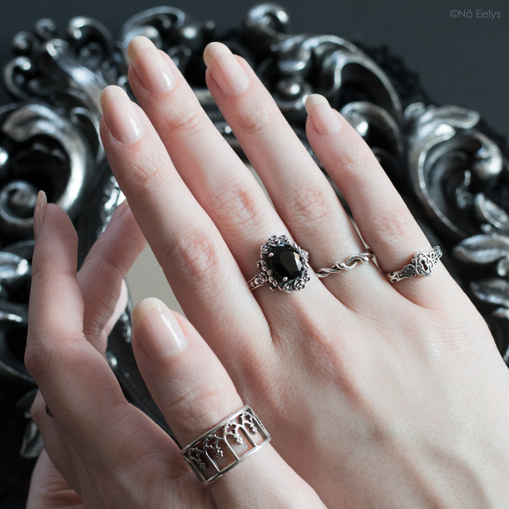 Mon avis sur les bagues Regalrose NOIR Gothic Arches ring, MARIA Rose Wreath Onyx Silver Cocktail Ring, DEVISE Double headed snake twist ring et NO KEY Door Lock silver ring