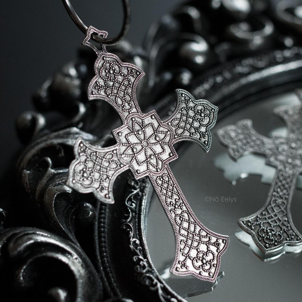 Zoom sur les boucles d'oreilles Ophelia Regalrose, grosses boucles d'oreilles en forme de croix gothique