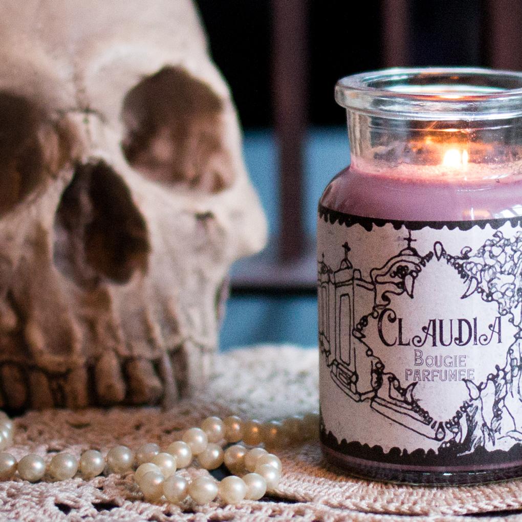 Zoom sur la bougie Claudia Musky Oil, bougie artisanale parfumée cire de soja de la collection Vampires